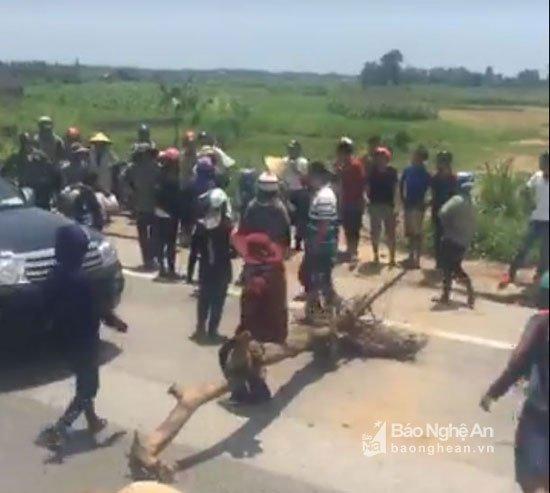 Video: Linh muc Nguyen Dinh Thuc kich dong nhung ke qua khich chan quoc lo 1A hinh anh 3