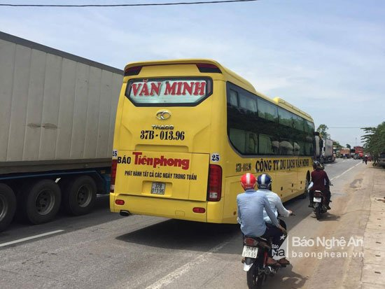Video: Linh muc Nguyen Dinh Thuc kich dong nhung ke qua khich chan quoc lo 1A hinh anh 5