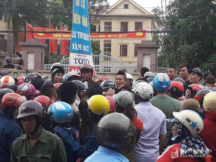 Video: Linh muc Nguyen Dinh Thuc kich dong nhung ke qua khich chan quoc lo 1A hinh anh 6