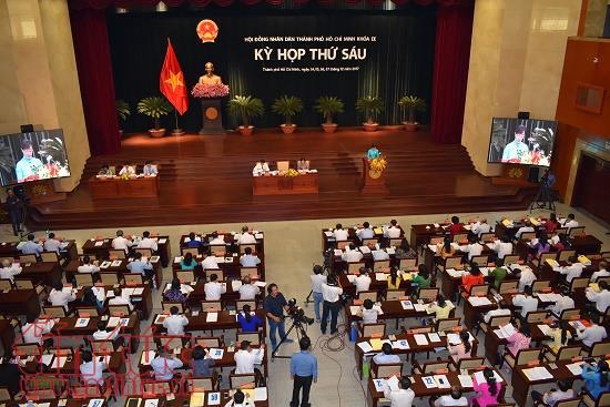 TP.HCM thuong tien cho can bo xin nghi huu som hinh anh 1