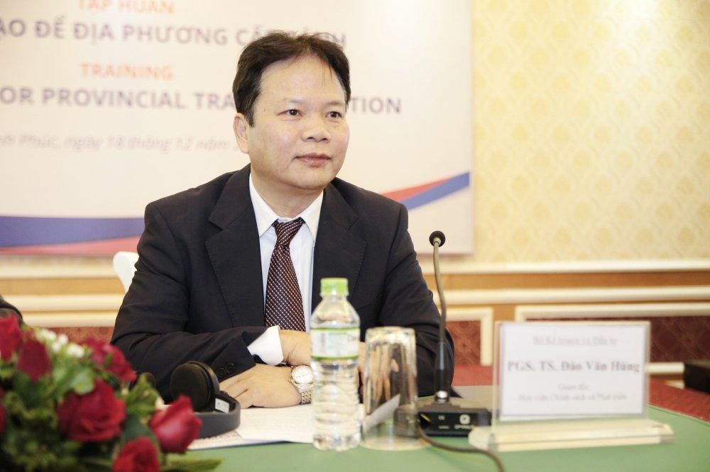 Giam doc Hoc vien Chinh sach va Phat trien: 'Toi nghi mot vai cuon sach giao khoa phai viet lai' hinh anh 1