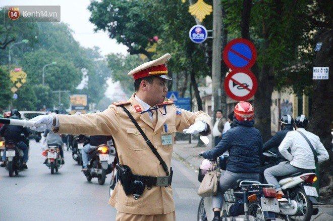 Gap chien si CSGT vua phan luong vua dap tay moi nguoi mung chien thang U23 Viet Nam hinh anh 3