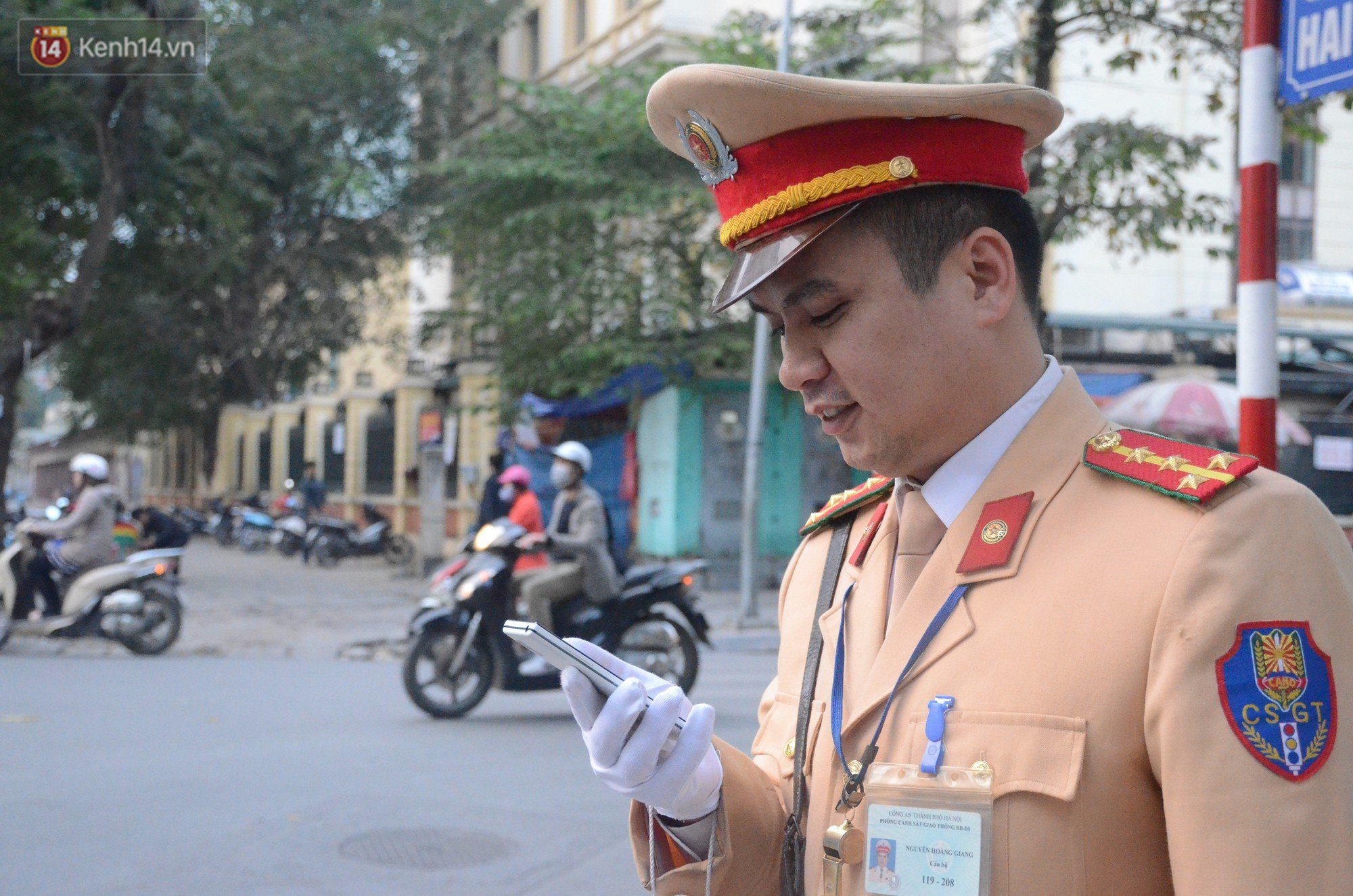 Gap chien si CSGT vua phan luong vua dap tay moi nguoi mung chien thang U23 Viet Nam hinh anh 2
