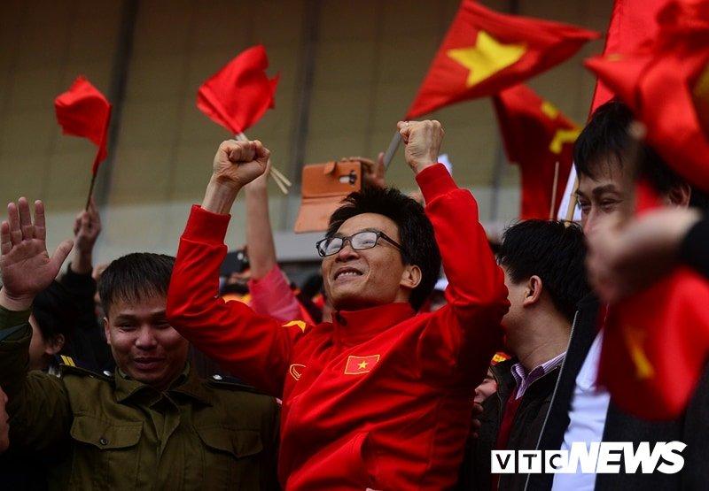 Pho Thu tuong Vu Duc Dam cuong nhiet cung co dong vien co vu U23 Viet Nam hinh anh 3