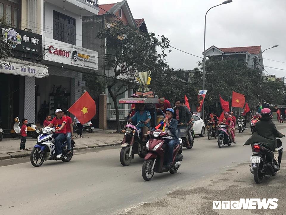 Chung ket U23 Viet Nam - U23 Uzbekistan: Nghin nguoi dong thanh hat 'Toi yeu Viet Nam' hinh anh 1