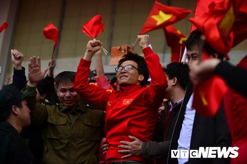 Pho Thu tuong Vu Duc Dam cuong nhiet cung co dong vien co vu U23 Viet Nam hinh anh 2