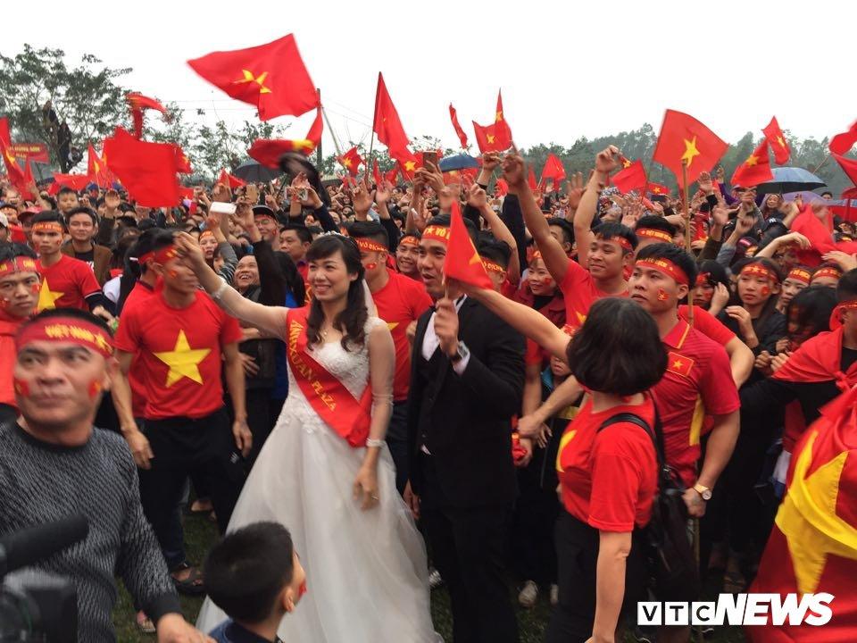 Co dau chu re hoa cung bien nguoi tren san bong truoc nha Quang Hai co vu U23 Viet Nam hinh anh 1