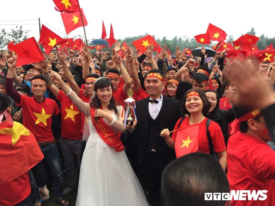 Co dau chu re hoa cung bien nguoi tren san bong truoc nha Quang Hai co vu U23 Viet Nam hinh anh 2
