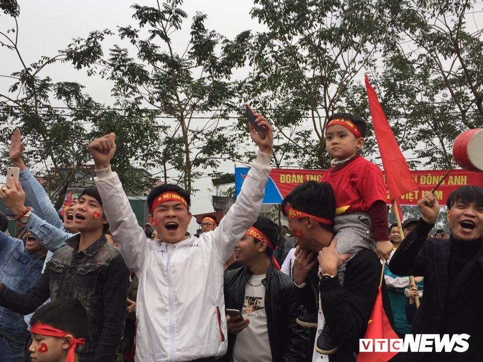Co dau chu re hoa cung bien nguoi tren san bong truoc nha Quang Hai co vu U23 Viet Nam hinh anh 6