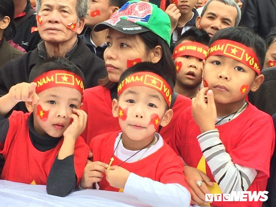 Co dau chu re hoa cung bien nguoi tren san bong truoc nha Quang Hai co vu U23 Viet Nam hinh anh 4