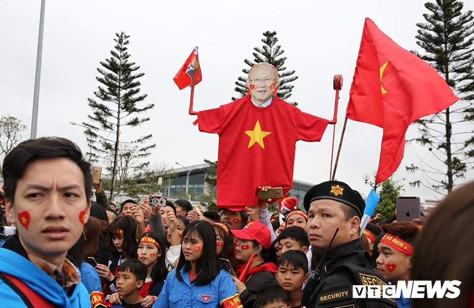 Co dong vien nhuom do san bay Noi Bai don U23 Viet Nam hinh anh 3