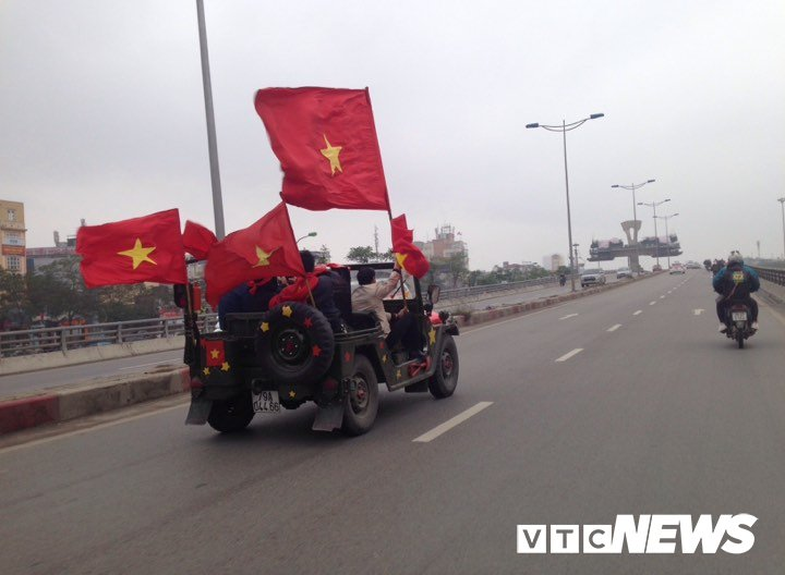 Co dong vien nhuom do san bay Noi Bai don U23 Viet Nam hinh anh 10
