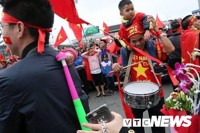 Cau thu U23 Viet Nam dung tren xe buyt mui tran vay tay chao nguoi ham mo Thu do hinh anh 25