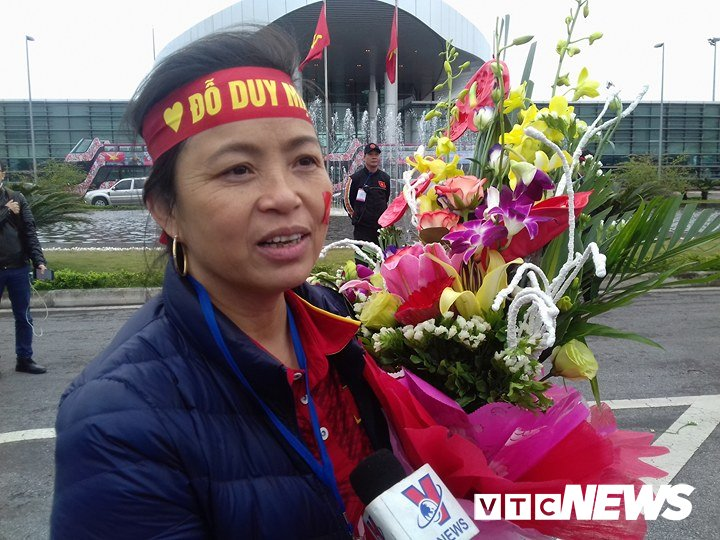 Co dong vien nhuom do san bay Noi Bai don U23 Viet Nam hinh anh 4