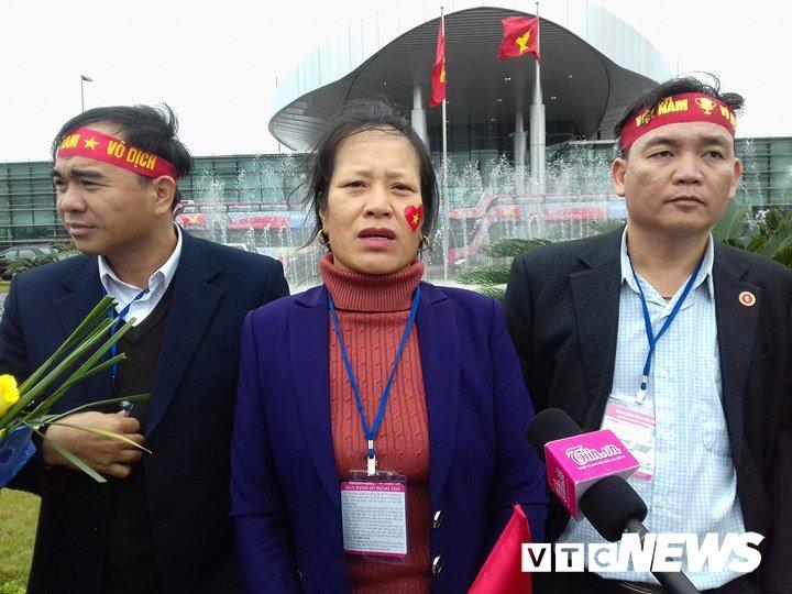 Co dong vien nhuom do san bay Noi Bai don U23 Viet Nam hinh anh 6
