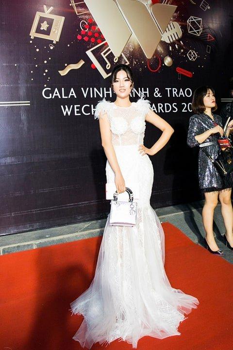 Hoa hau Tuyet Nhung goi cam tren tham do WeChoice Awards 2017 hinh anh 4