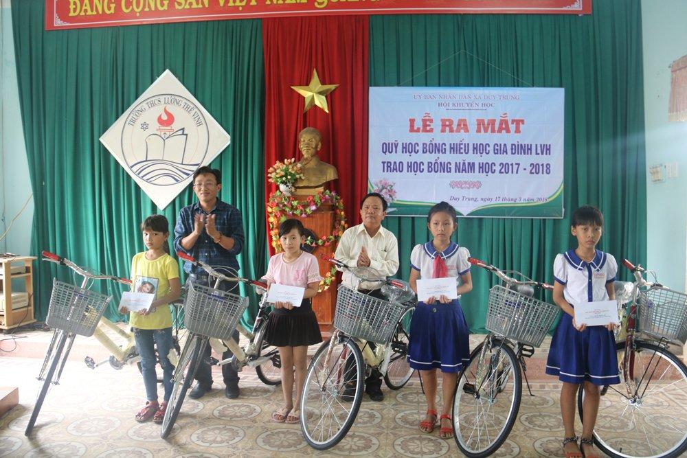 Quy hoc bong hieu hoc gia dinh LVH trao tang 30 xe dap va qua cho hoc sinh ngheo o Quang Nam hinh anh 5