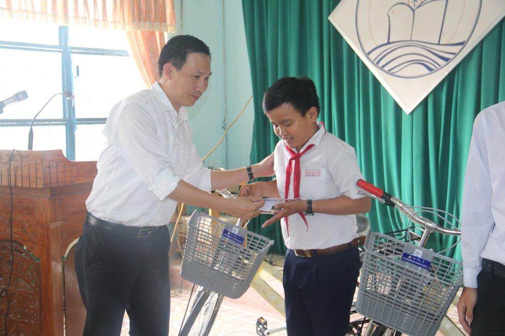 Quy hoc bong hieu hoc gia dinh LVH trao tang 30 xe dap va qua cho hoc sinh ngheo o Quang Nam hinh anh 7