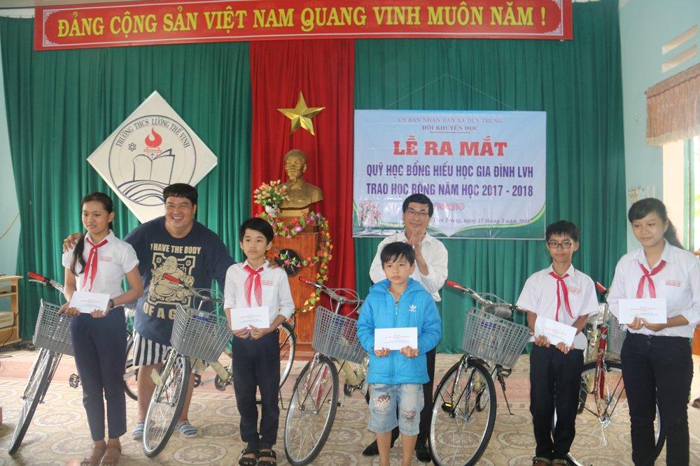 Quy hoc bong hieu hoc gia dinh LVH trao tang 30 xe dap va qua cho hoc sinh ngheo o Quang Nam hinh anh 4