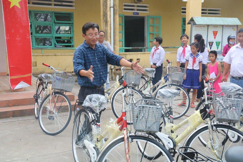Quy hoc bong hieu hoc gia dinh LVH trao tang 30 xe dap va qua cho hoc sinh ngheo o Quang Nam hinh anh 2