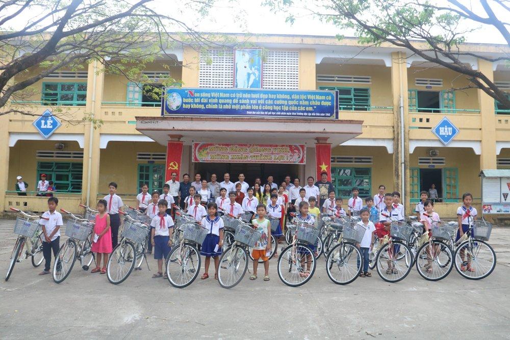 Quy hoc bong hieu hoc gia dinh LVH trao tang 30 xe dap va qua cho hoc sinh ngheo o Quang Nam hinh anh 1