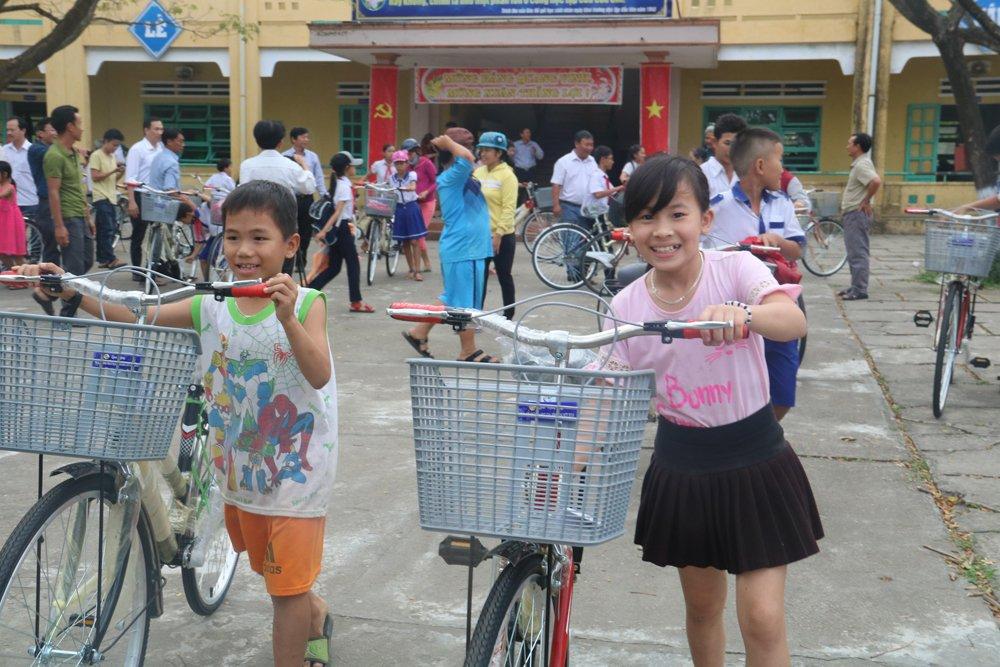 Quy hoc bong hieu hoc gia dinh LVH trao tang 30 xe dap va qua cho hoc sinh ngheo o Quang Nam hinh anh 8