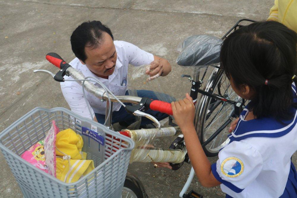 Quy hoc bong hieu hoc gia dinh LVH trao tang 30 xe dap va qua cho hoc sinh ngheo o Quang Nam hinh anh 10