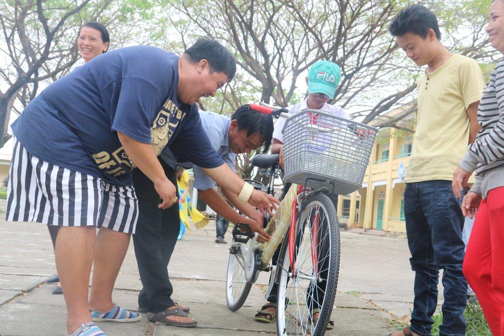 Quy hoc bong hieu hoc gia dinh LVH trao tang 30 xe dap va qua cho hoc sinh ngheo o Quang Nam hinh anh 9