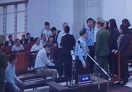 Xet xu vu an gop 800 ty dong vao Oceanbank: Ong Dinh La Thang vui ve tro chuyen khi toa tam dung hinh anh 1