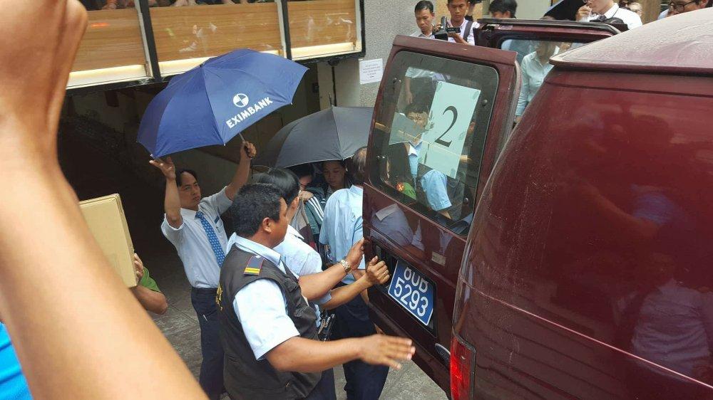 Khach mat 245 ty dong: Cong an kham xet ngan hang Eximbank chi nhanh TP.HCM hinh anh 4
