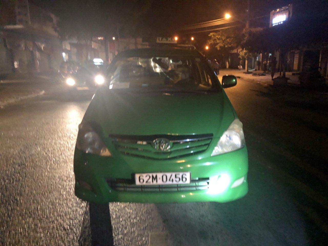 Nhom con do chan taxi chem hanh khach, ban tai xe hinh anh 2