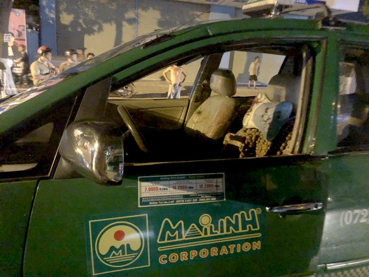 Nhom con do chan taxi chem hanh khach, ban tai xe hinh anh 3