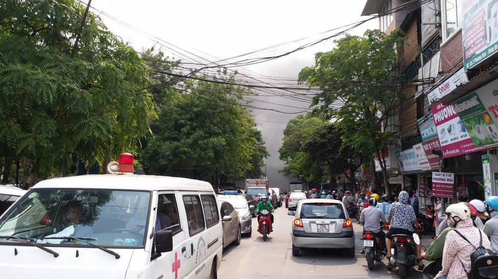 Chay du doi tai benh vien Viet Phap Ha Noi, cot khoi cuon cuon boc den kit troi hinh anh 9