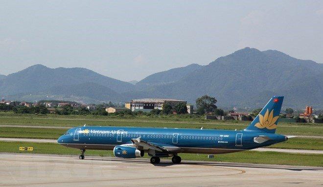 Thoi tiet xau, may bay Vietnam Airlines ha canh lech vi tri tai san bay Noi Bai hinh anh 1