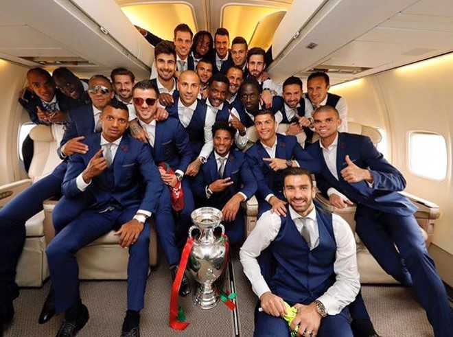 Ronaldo om chat cup vo dich tren may bay hinh anh 10