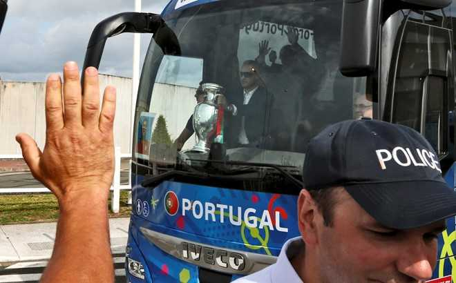 Ronaldo om chat cup vo dich tren may bay hinh anh 7