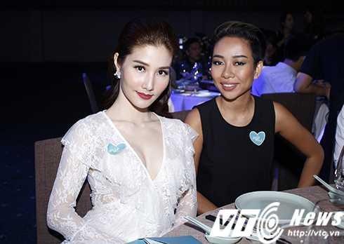 Cap sinh doi nha Hong Nhung hon ho khi gap con gai Doan Trang hinh anh 11