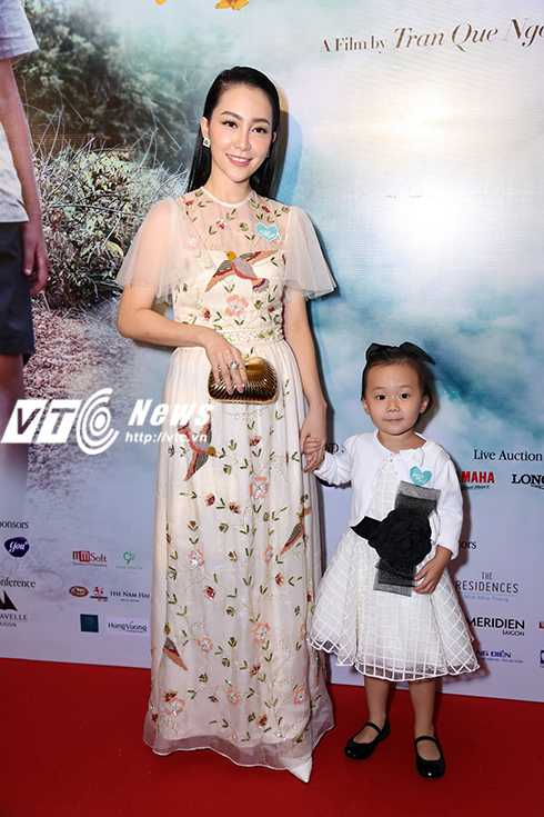 Cap sinh doi nha Hong Nhung hon ho khi gap con gai Doan Trang hinh anh 22