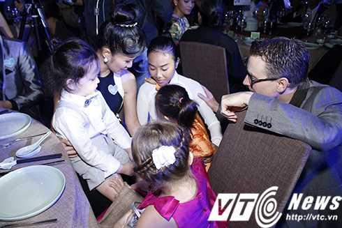 Cap sinh doi nha Hong Nhung hon ho khi gap con gai Doan Trang hinh anh 6