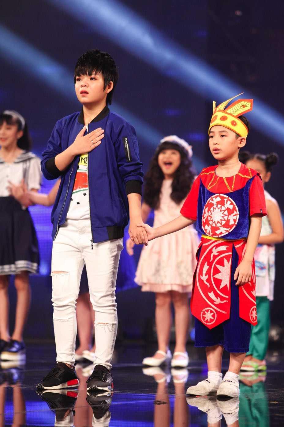 Than dong dan ca Ho Van Cuong khien Van Mai Huong, Isaac bat khoc hinh anh 16