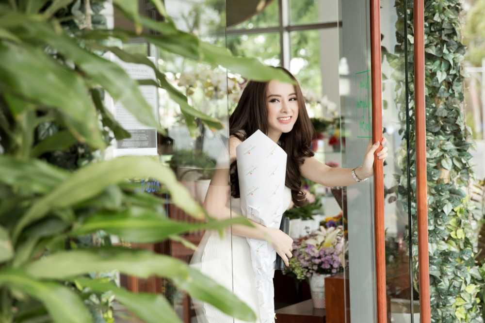 Sau scandal gia tao voi Ngo Thanh Van, Angela Phuong Trinh khoe eo thon xuong pho hinh anh 5
