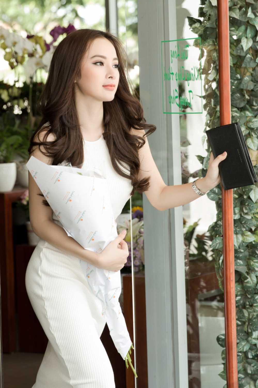 Sau scandal gia tao voi Ngo Thanh Van, Angela Phuong Trinh khoe eo thon xuong pho hinh anh 6