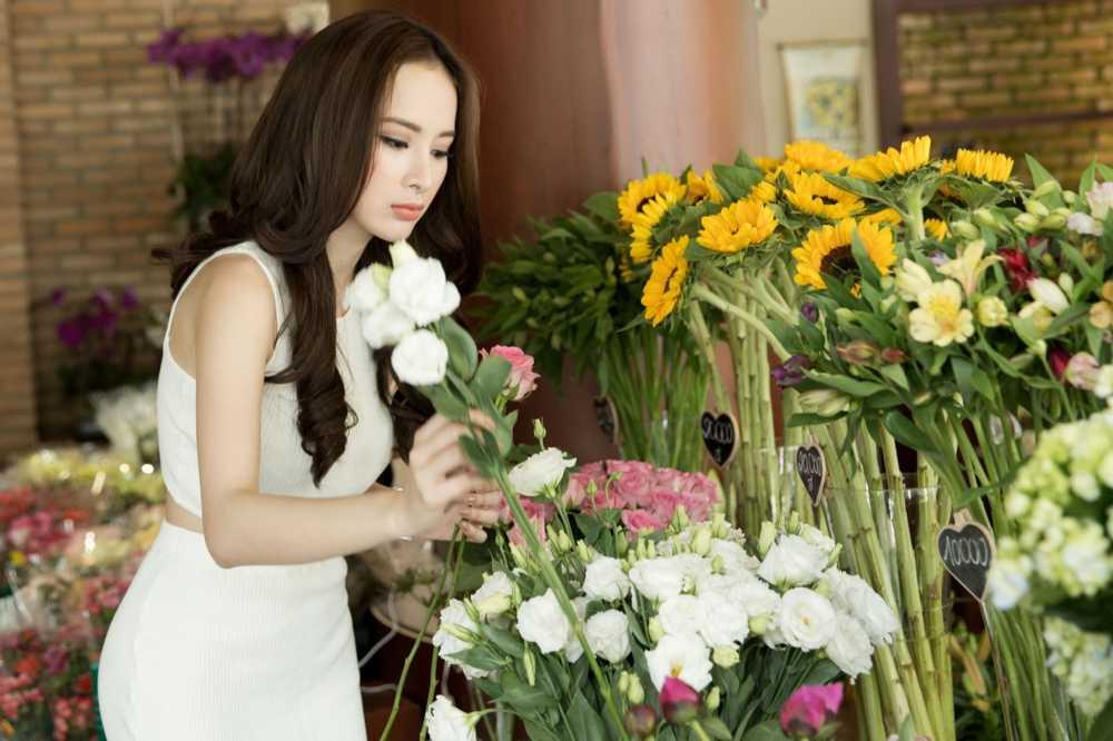 Sau scandal gia tao voi Ngo Thanh Van, Angela Phuong Trinh khoe eo thon xuong pho hinh anh 3
