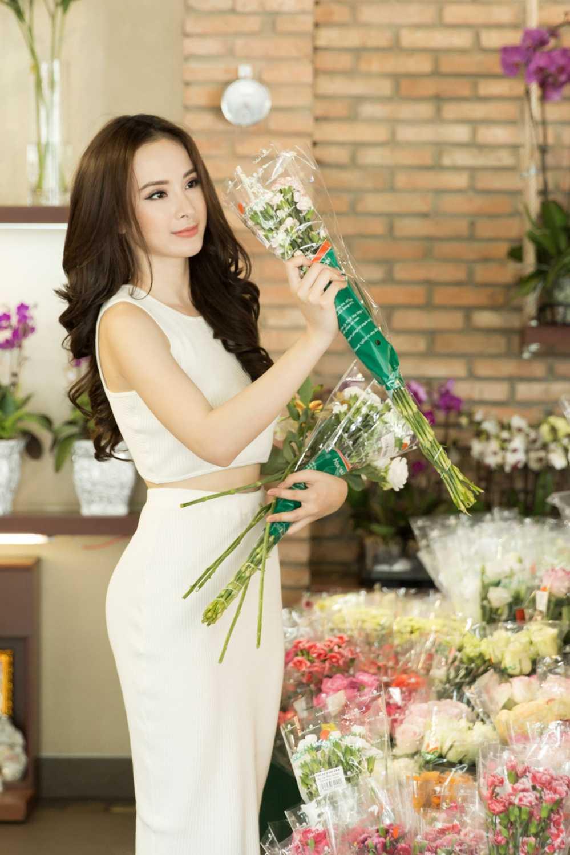 Sau scandal gia tao voi Ngo Thanh Van, Angela Phuong Trinh khoe eo thon xuong pho hinh anh 4