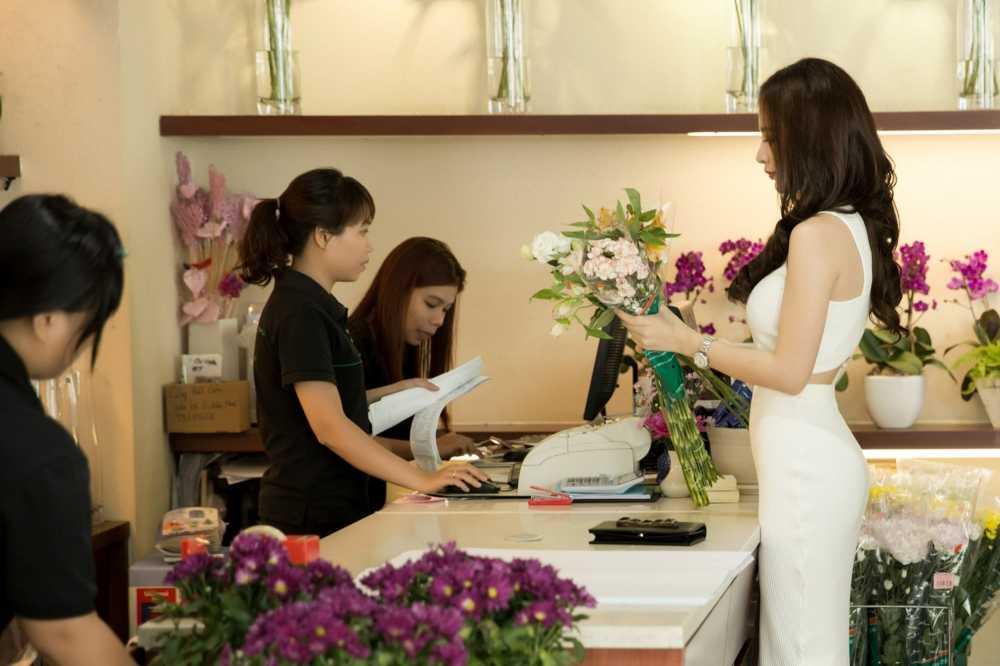Sau scandal gia tao voi Ngo Thanh Van, Angela Phuong Trinh khoe eo thon xuong pho hinh anh 2