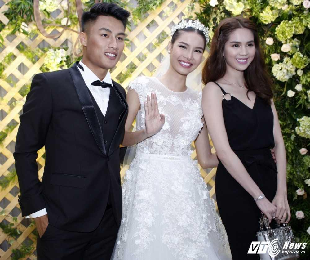 Ngoc Trinh doi mua, dien 'cay' den den chuc mung Ky Han hinh anh 6