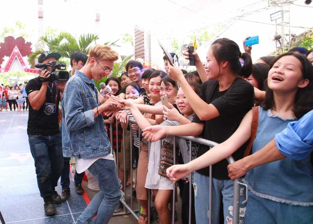 Soobin Hoang Son thuc trang dem de 'quay' voi fans Ha Noi hinh anh 3