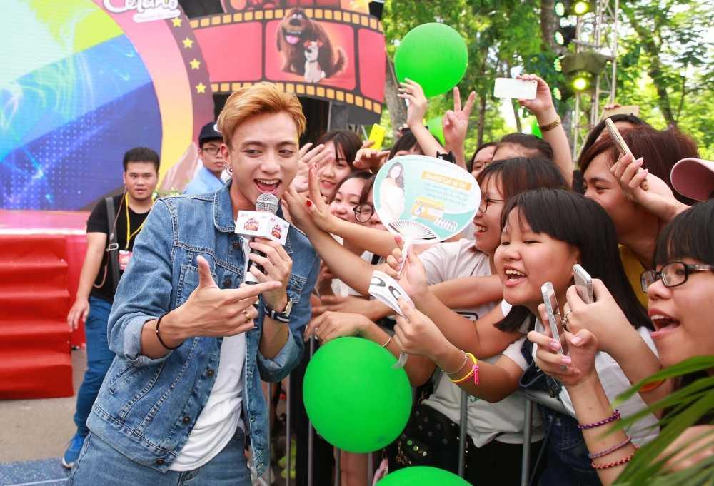 Soobin Hoang Son thuc trang dem de 'quay' voi fans Ha Noi hinh anh 4