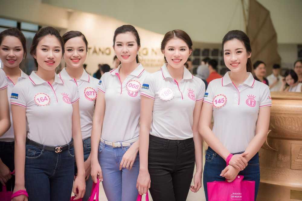 Thi sinh Hoa hau Viet Nam don sach rac tren bien Tuan Chau hinh anh 7
