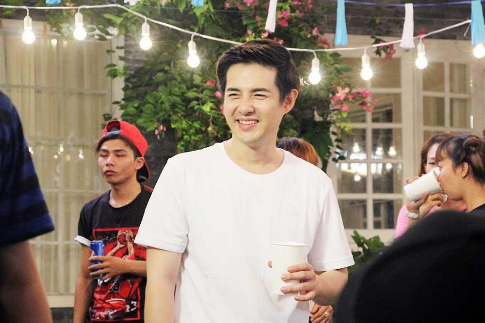 Dong Nhi tu tay chuan bi bua tiec tinh yeu cho Ong Cao Thang hinh anh 5